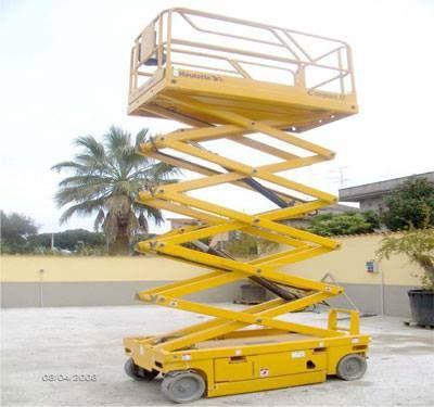 una piattaforma elevatrice gialla
