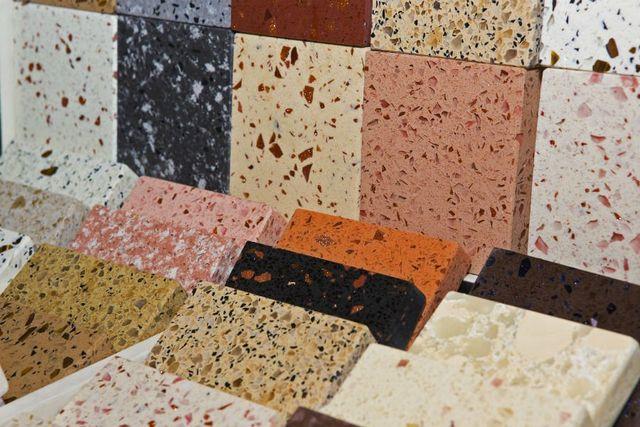 dei blocchi di marmo di diversi colori