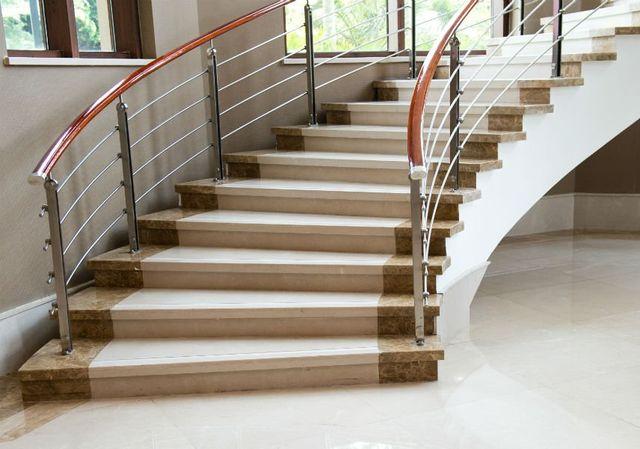 una scala con gradini in marmo