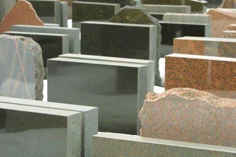 dei blocchi di marmo verde e di marmo Arlecchino