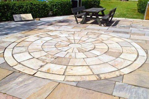 una pavimentazione di piastrelle di marmo colorate e un disegno di una figura circolare