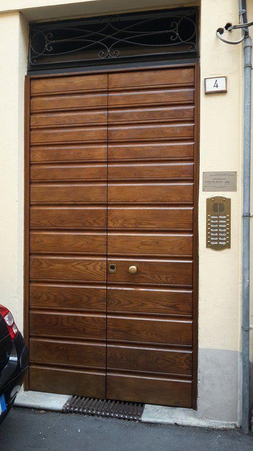 portone in legno con serratura elettronica