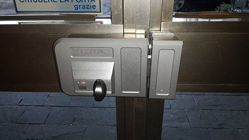 Porta metallica con serratura
