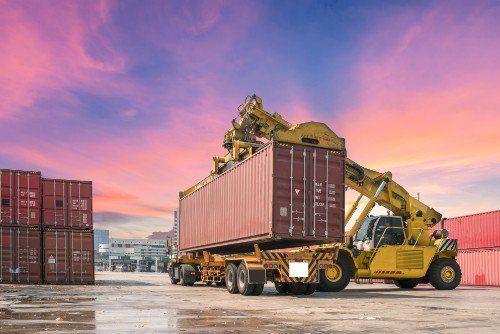 un camion container e un autogru