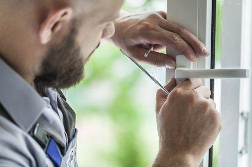 Addetto Installa una finestra AS INFISSI di Roma