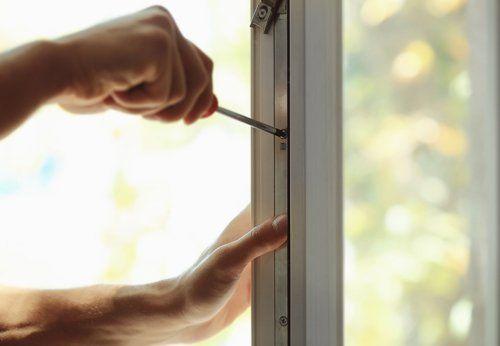 Adettto ripara una finestraAS INFISSI di Roma