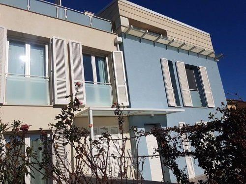 un edificio con delle persiane bianche alle finestre