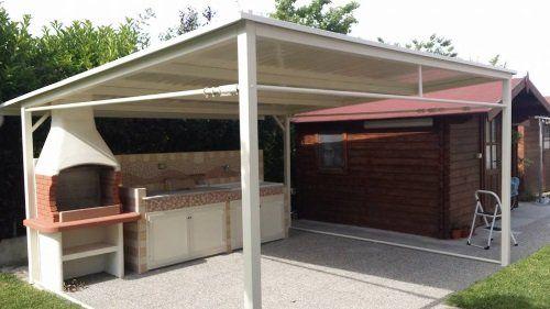 un barbecue e un mobile da cucina sotto una copertura