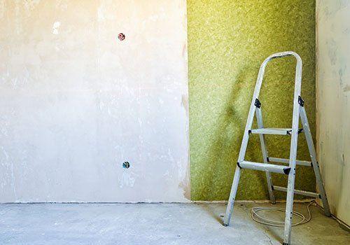 scala bianca e muro da dipingere