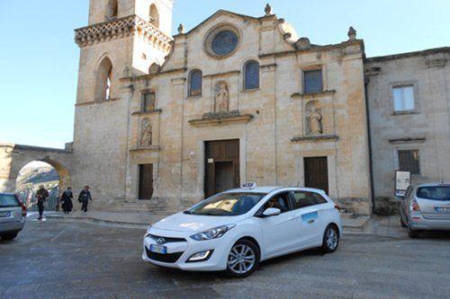 taxi parcheggiato davanti a una chiesa