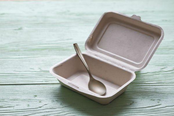 un contenitore di plastica con un cucchiaio