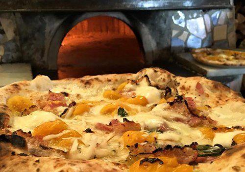 pizza con prosciutto e peperoni gialli