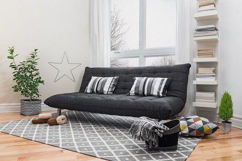 un divano di color nero con due cuscini a righe e una