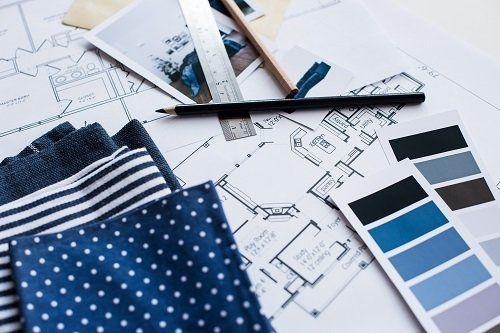 delle stoffe di color blu a pois e righe e accanto dei disegni tecniche delle stanze