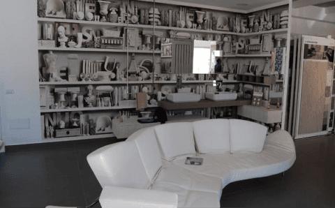 salotto con divano bianco