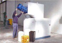 uomo butta del materiale dentro un contenitore per il recupero