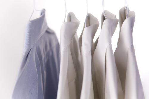 quattro camicie bianche e una celeste