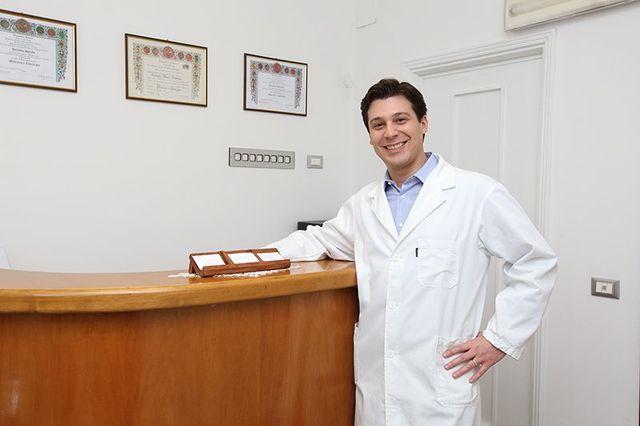 Lo sguardo di un giovane medico che dice