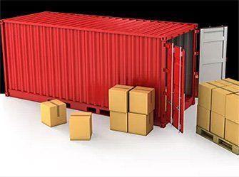 Un container rosso con delle casse
