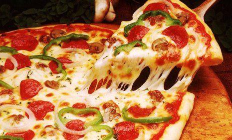 pizza ai peperoni e pomodoro