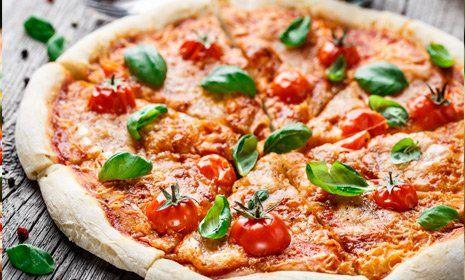pizza a fette con pomodorini e basilico