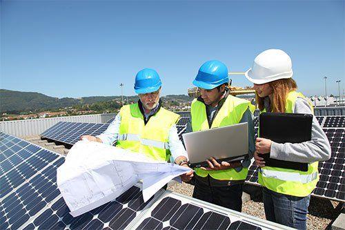 Gruppo di ingegneri riuniti sulla costruzione del tetto