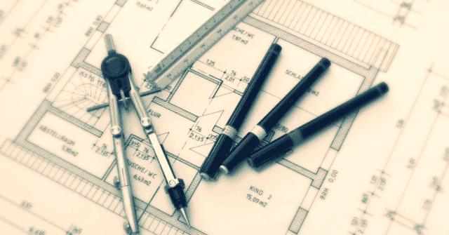 un compasso,tre penne, un righello e un progetto