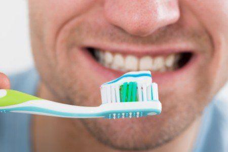 è consigliabile lavarsi i denti dopo ogni pasto impiegando un buon spazzolino