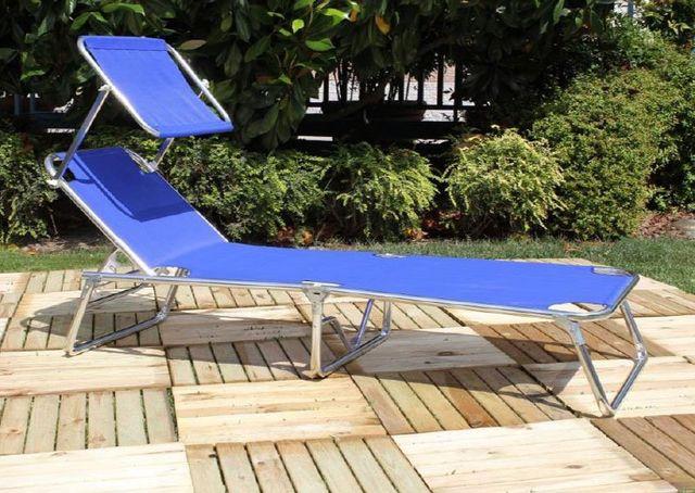 uno sdraio blu in un giardino e dietro delle piante Essepi Camping a Stanghella, PD