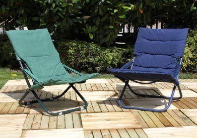 due sedie sdraio apribili imbottite di color blu e verde smeraldo in un giardino