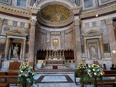 l'interno di una chiesa con vista delle panche, dell'altare e delle statue