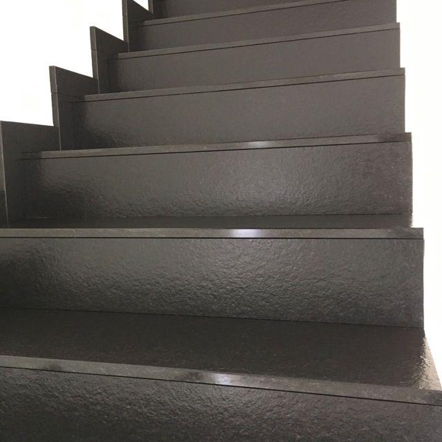 una scala con dei gradini in marmo