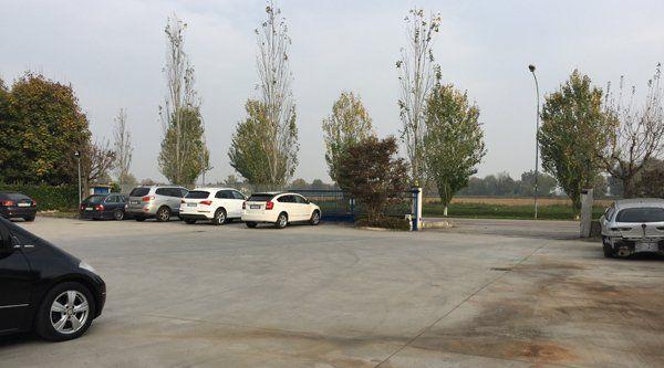 Parcheggio per auto usate della Carrozzeria Gulla a Vescovato