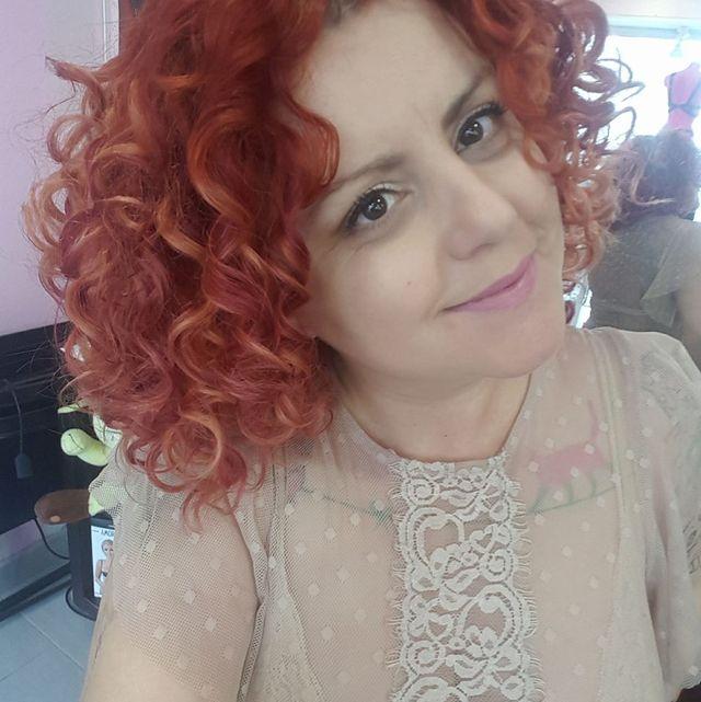 una donna con capelli ricci di color rosso