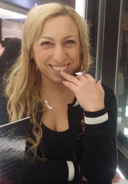 una donna con capelli biondi mentre sorride