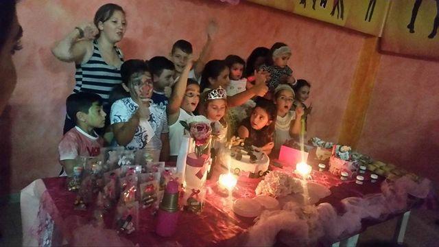 dei bambini davanti a un tavolo con una torta