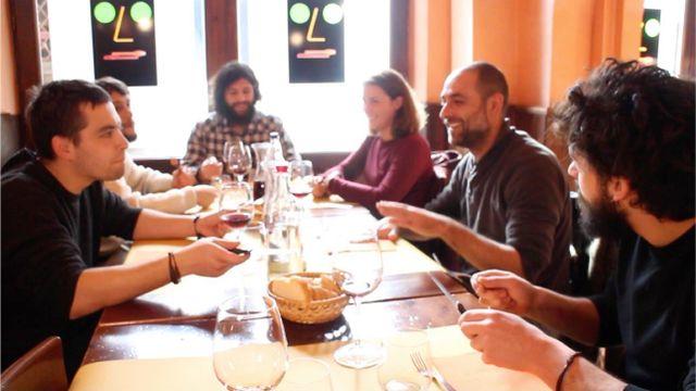delle persone sedute a tavola in un ristorante