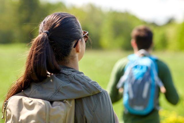 uomo e donna giovani vestiti sportivi/casual durante una passeggiata