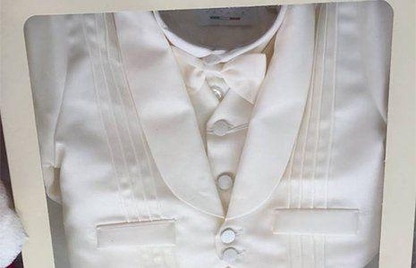 un abito da battesimo piegato
