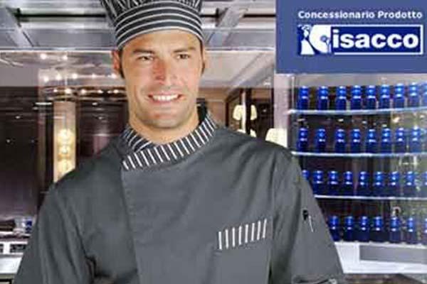 un uomo con uniforme grigia da cuoco e un cappello a righe bianche