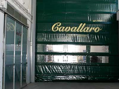 una serranda con scritto Cavallaro