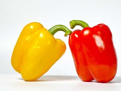 dei peperoni gialli e rossi