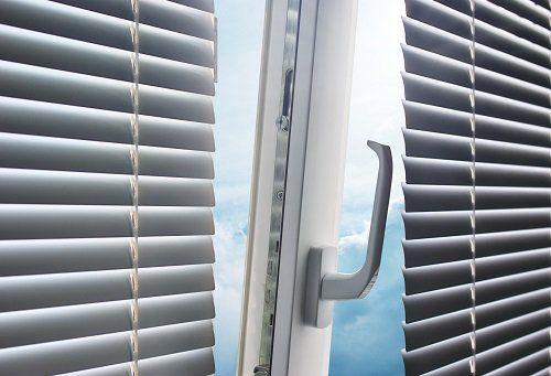 una finestra con finiture in PVC