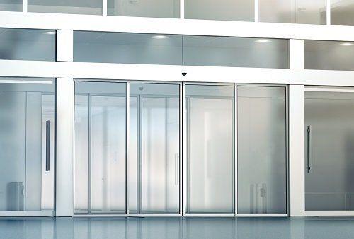delle vetrate e delle porte finestre a scrigno automatiche