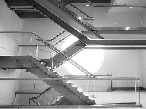 delle scale con corrimano in vetro
