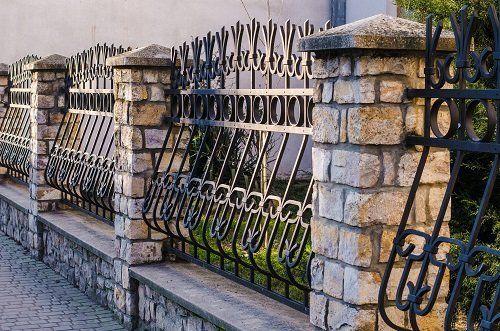 delle ringhiere in ferro battuto e delle colonne di mattoni