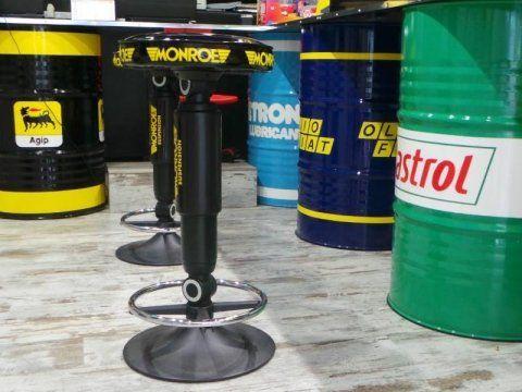 dei barili di olio di diverse marche e due sgabelli
