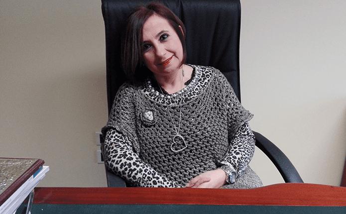 DOTT.SSA MARIATERESA PSICOLOGA  in ufficio seduta su sedia in stile