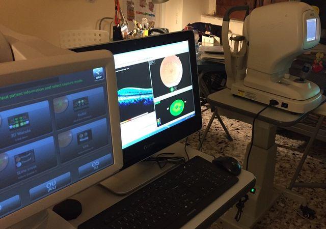 uno studio con due scrivanie con sopra un computer e delle apparecchiature mediche