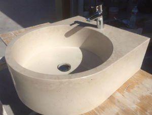 una lavabo in marmo di color beige